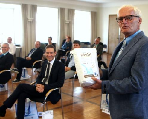 Projektleiter Reimund Neumaier präsentiert das aus dem Wasserschutz-Weizen gemahlene Mehl.